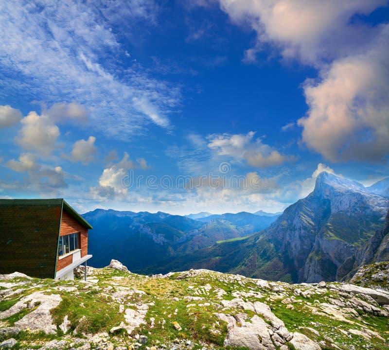 Fuente De montanha na Espanha de Cantábria imagens de stock royalty free