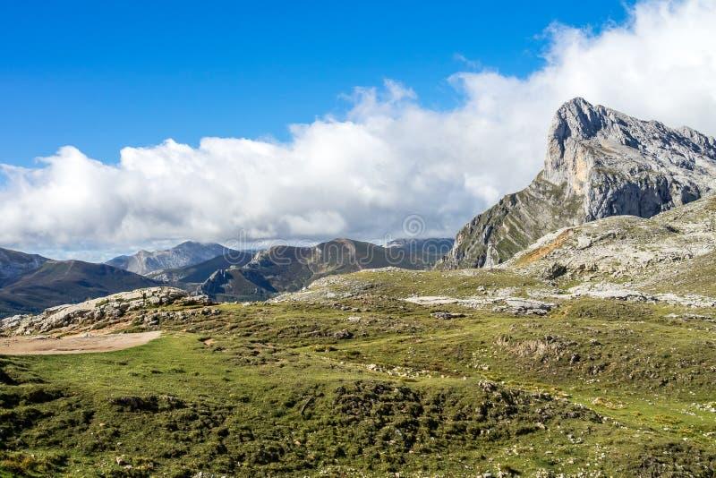 Fuente De no nas montanhas de Picos de Europa, Cant?bria, Espanha imagens de stock