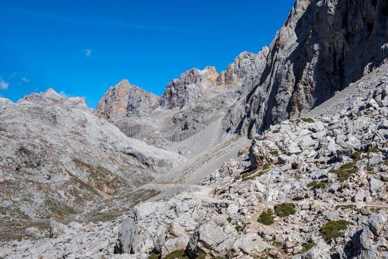Fuente De no nas montanhas de Picos de Europa, Cant?bria, Espanha fotos de stock royalty free