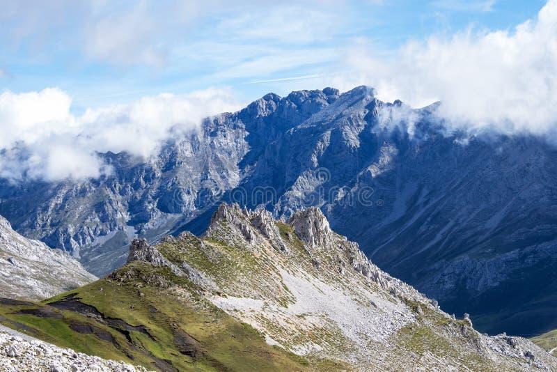 Fuente De no nas montanhas de Picos de Europa, Cant?bria, Espanha foto de stock