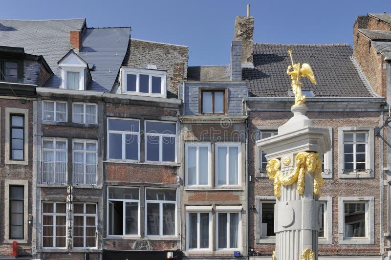 Fuente de oro y fachadas viejas, Namur fotografía de archivo libre de regalías