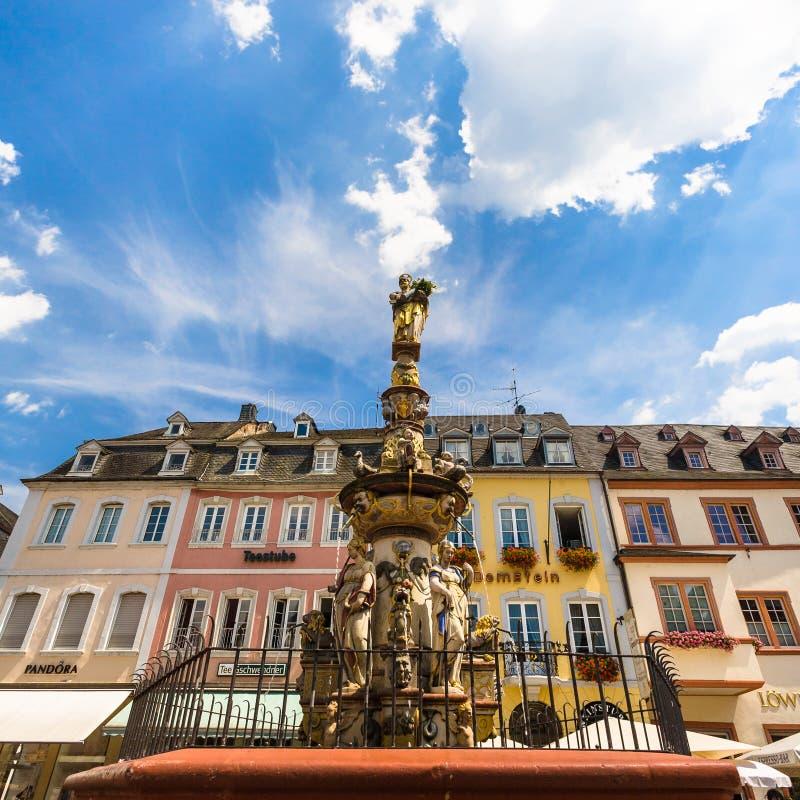 Fuente de Petrusbrunnen en Hauptmarkt en Trier foto de archivo libre de regalías