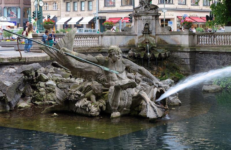 Fuente de Tritón en Duesseldorf, Alemania imágenes de archivo libres de regalías