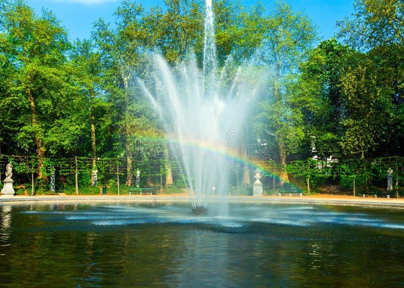 Fuente del arco iris en el parque de la ciudad, Bruselas imagenes de archivo