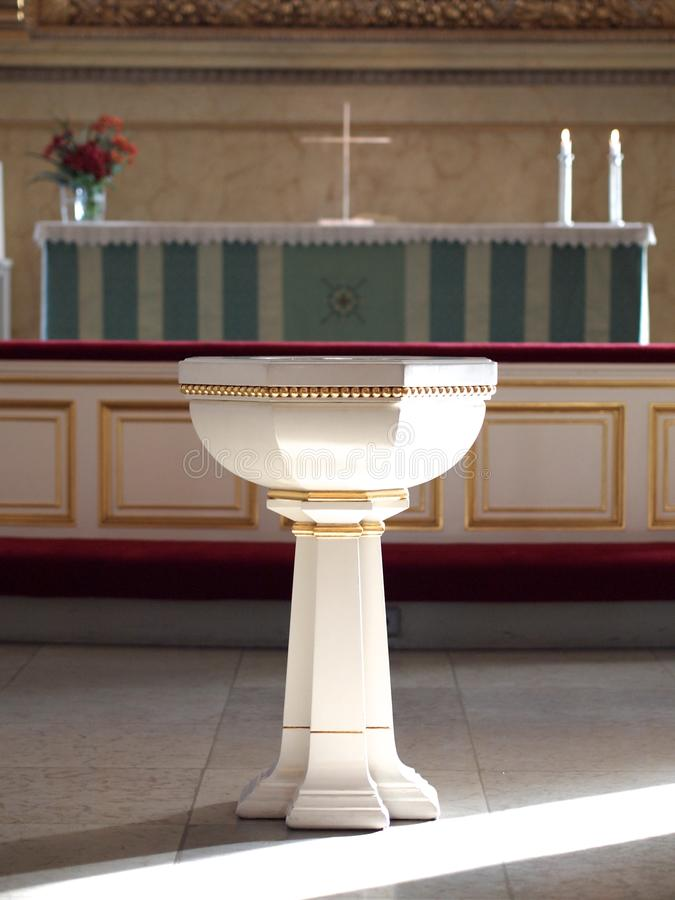 Fuente del bautismo foto de archivo