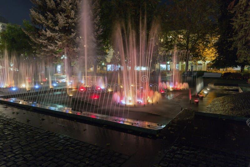 Fuente del canto de la noche en la ciudad vieja de Kosice, Eslovaquia fotografía de archivo