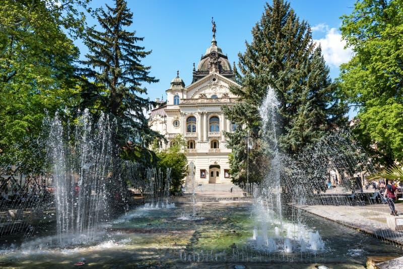 Fuente del canto delante del teatro del estado en la plaza principal en Kosice ESLOVAQUIA foto de archivo