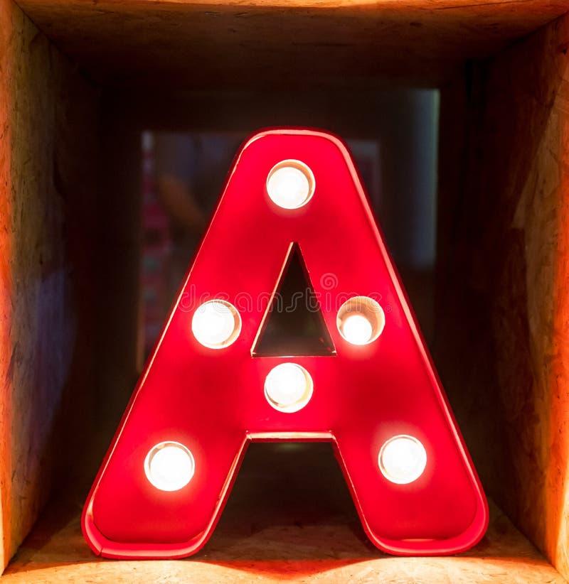 Fuente del carácter A del alfabeto de la letra de la bombilla que brilla intensamente foto de archivo