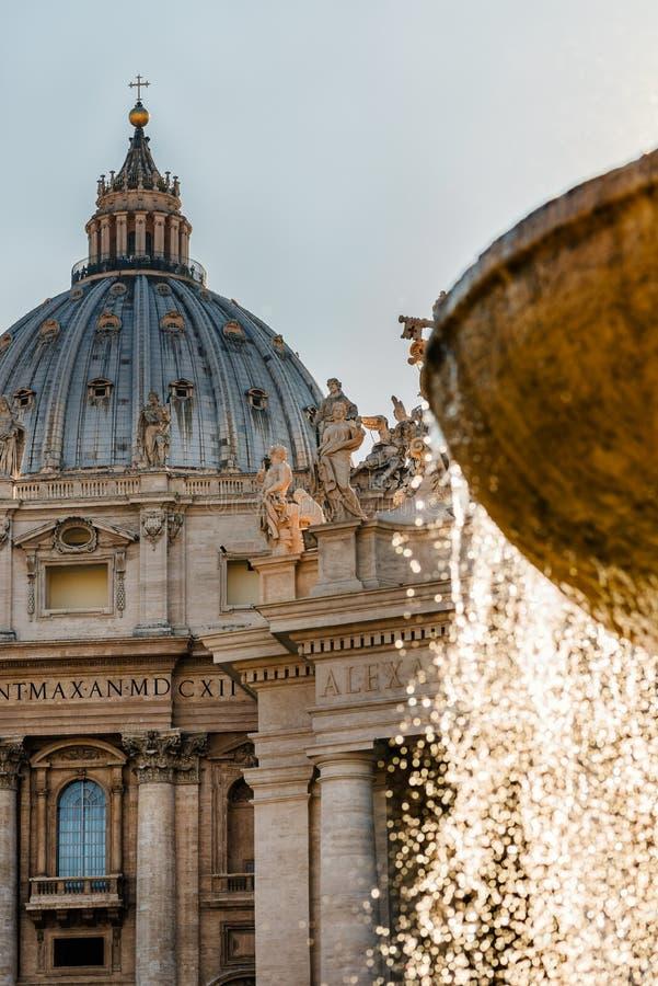 Fuente del detalle de la arquitectura de la catedral de la basílica de San Pedro fotos de archivo libres de regalías