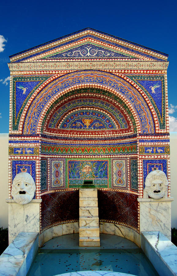Fuente del jardín, chalet de Getty imagen de archivo
