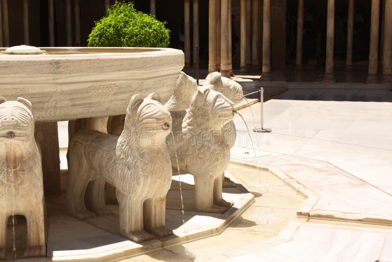 Fuente del león en Alhambra Castle, España imagenes de archivo