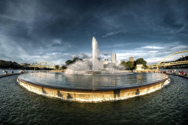 Fuente del parque de estado del punto en el momento de la puesta del sol de oro imagen de archivo libre de regalías