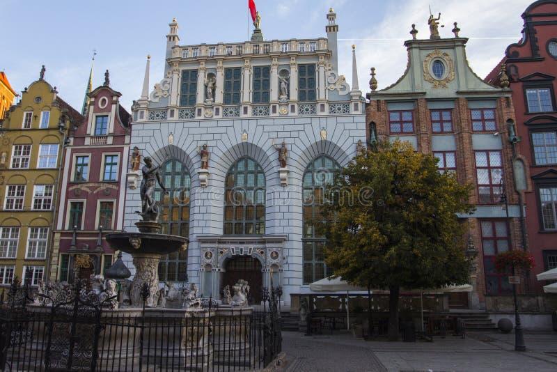 Fuente del ` s de Neptuno - es una fuente histórica en el fondo de una casa vieja hermosa en Gdansk polonia fotos de archivo libres de regalías