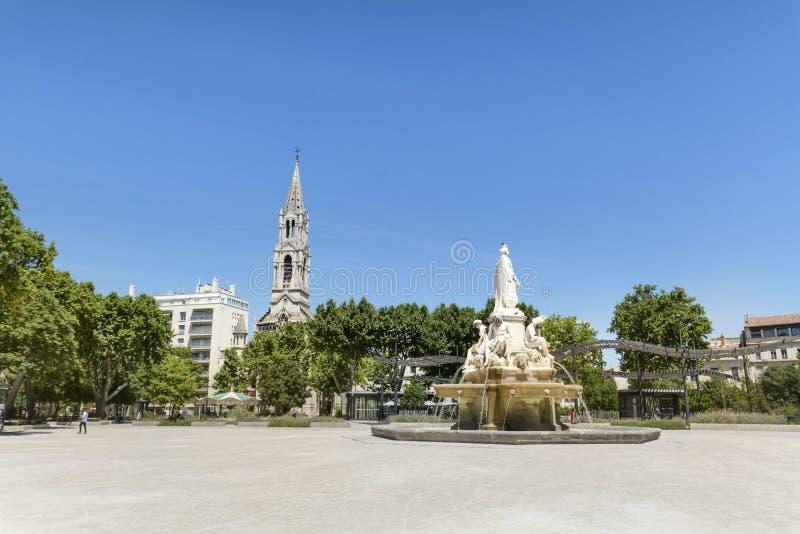 Fuente del St Perpetue y de Pradier de la iglesia en Nimes en Francia fotografía de archivo