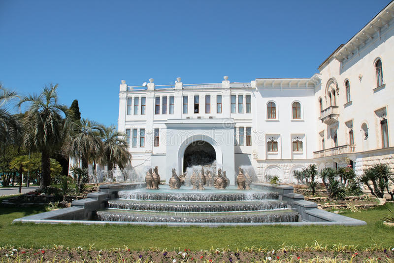 Fuente delante del palacio fotografía de archivo libre de regalías
