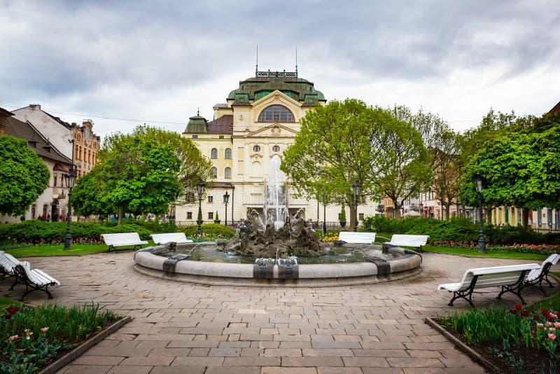 Fuente delante del teatro del estado en la plaza principal en Kosice ESLOVAQUIA imagen de archivo libre de regalías