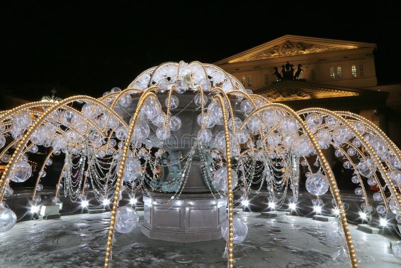 Fuente eléctrica en la noche, encendida durante la Navidad cerca del teatro de Bolshoi, Moscú, Rusia foto de archivo