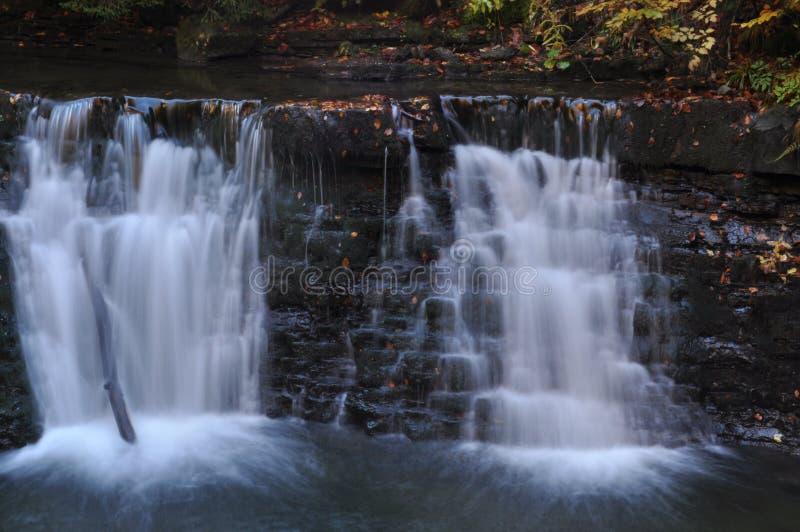Fuente el Vístula Corriente, agua potable y cascada cristalinas Rocas fotografía de archivo