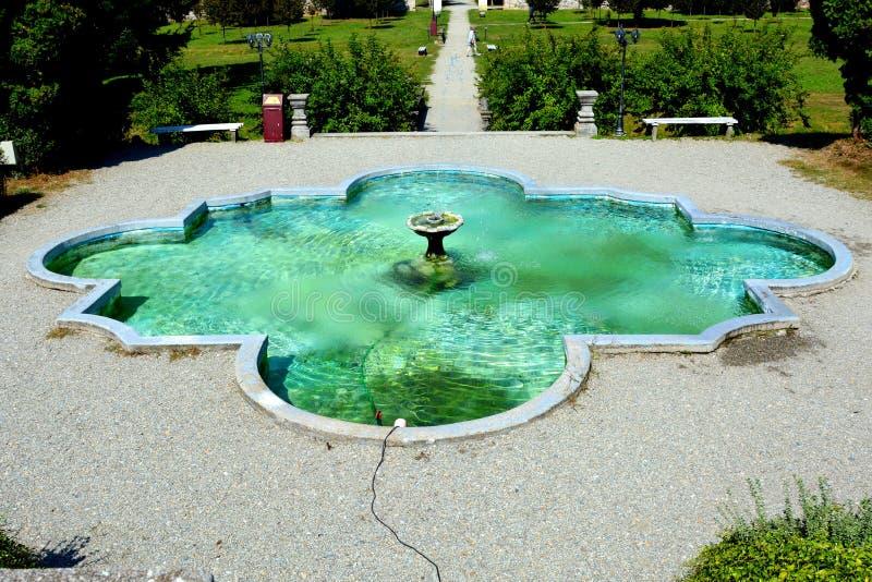 Fuente en Baron von Brukenthal Palace en Avrig, Transilvania imagenes de archivo