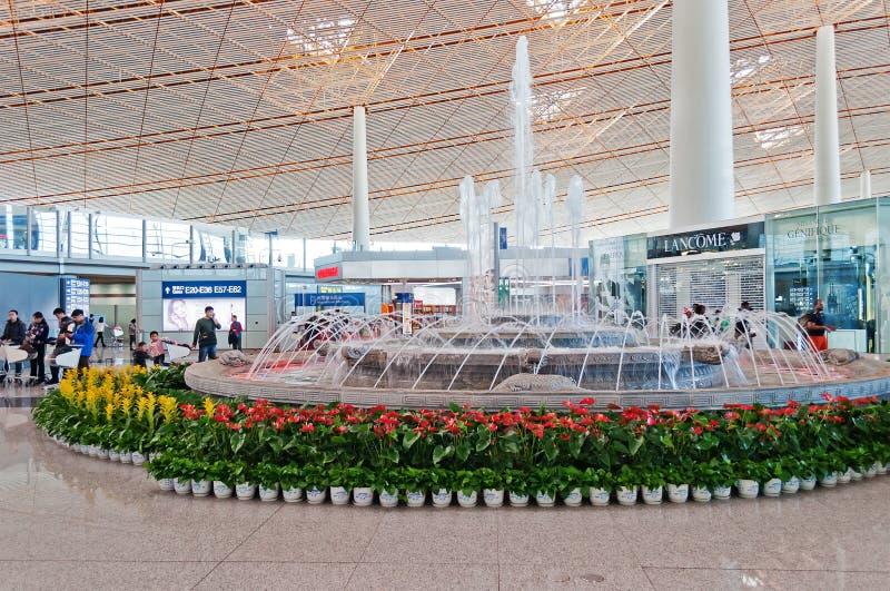 Fuente en el aeropuerto internacional capital de Pekín fotos de archivo