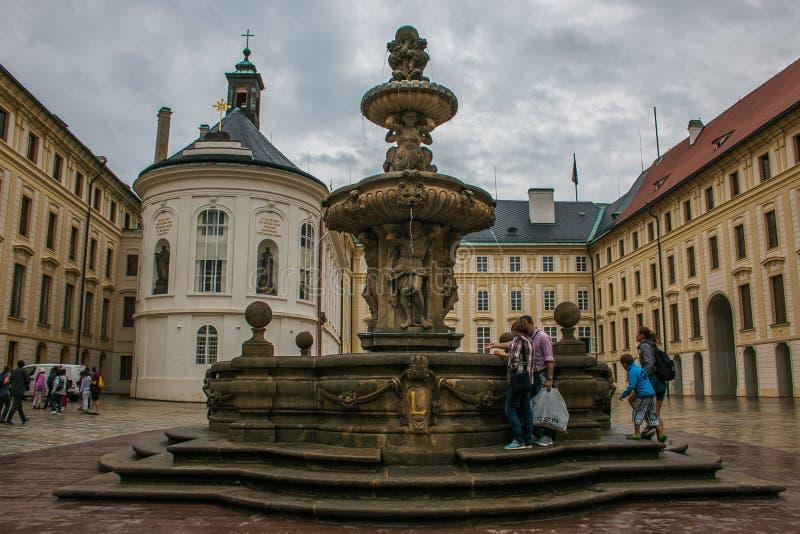 Fuente en el castillo de Praga, Bohemia, República Checa fotos de archivo