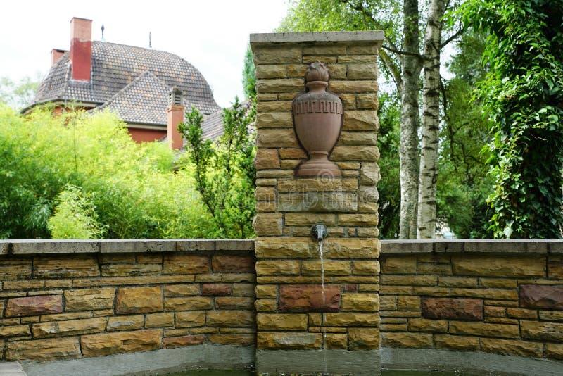 Fuente en el cementerio por el crematorio en tuttlingen fotos de archivo