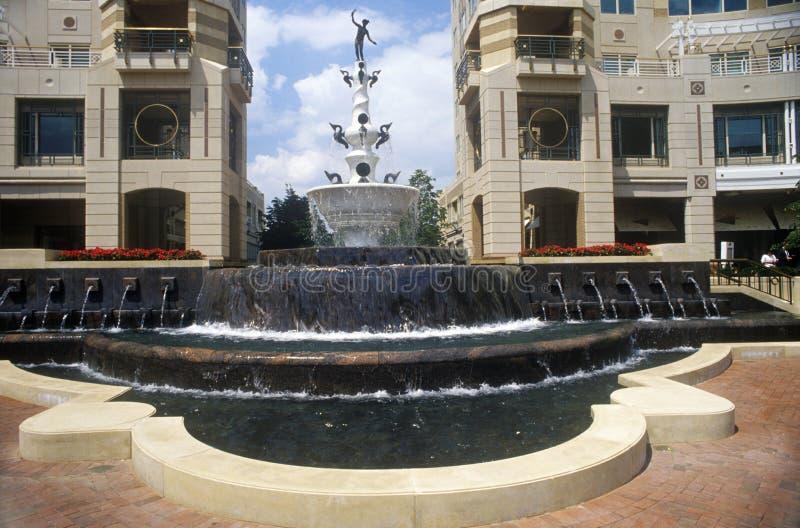 Fuente en el centro de ciudad de Reston, región de Potomac, VA imagen de archivo