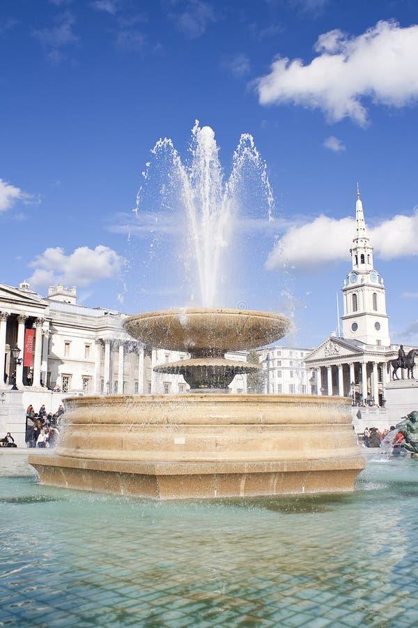 Fuente en el cuadrado de Trafalgar en Londres imagenes de archivo