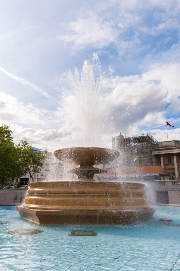 Fuente en el cuadrado de Trafalgar en Londres imágenes de archivo libres de regalías