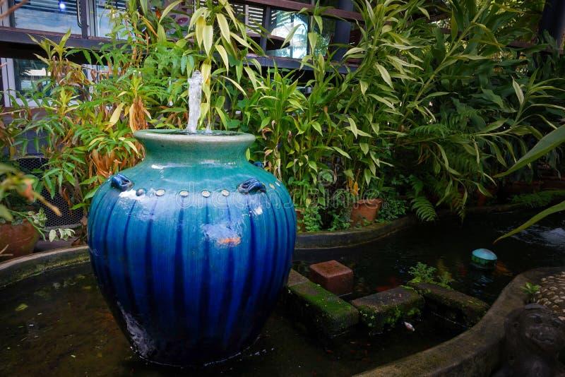 Fuente en el jardín imagen de archivo