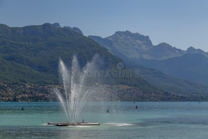 Fuente en el lago annecy imagen de archivo