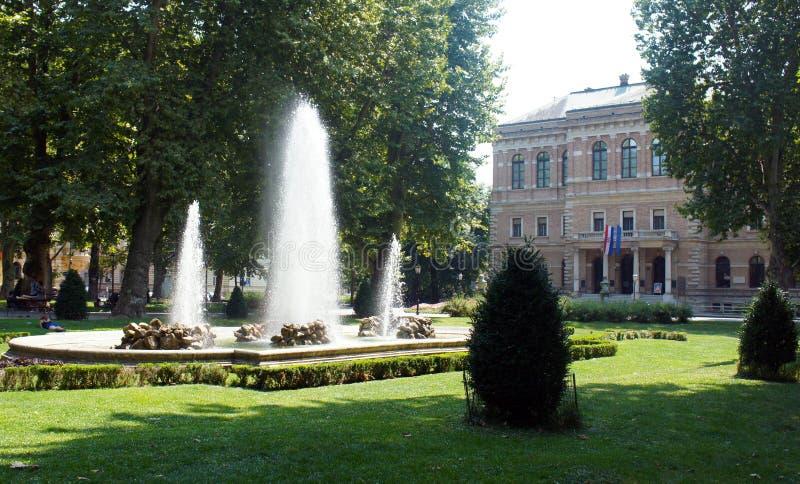 Fuente en el parque de la ciudad, día soleado, Zagreb, Croacia fotos de archivo