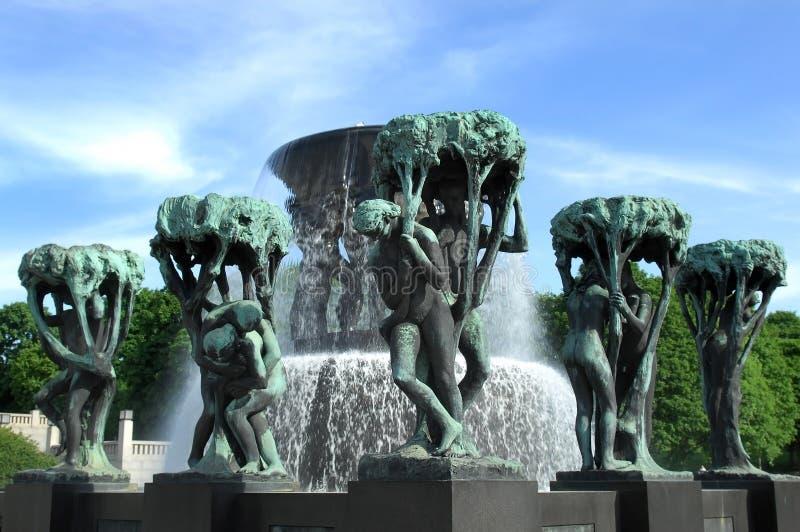 Fuente en el parque Oslo de Vigeland foto de archivo