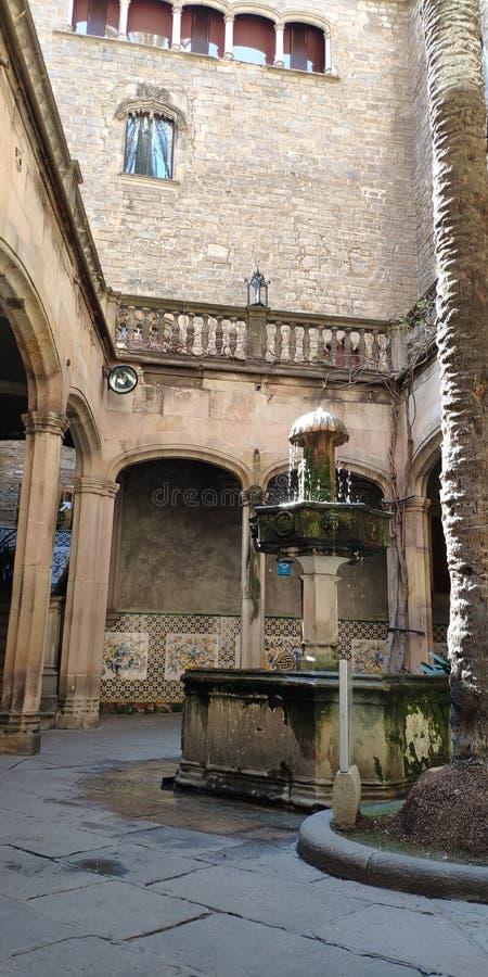 Fuente en el patio Barcelona, Espa?a imagen de archivo