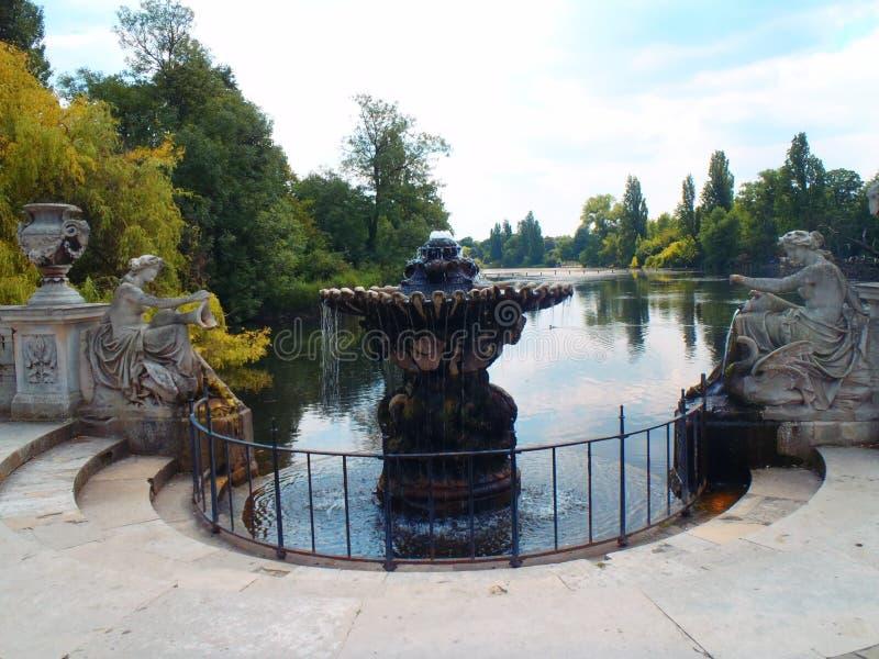 Fuente en Hyde Park, Londres fotografía de archivo