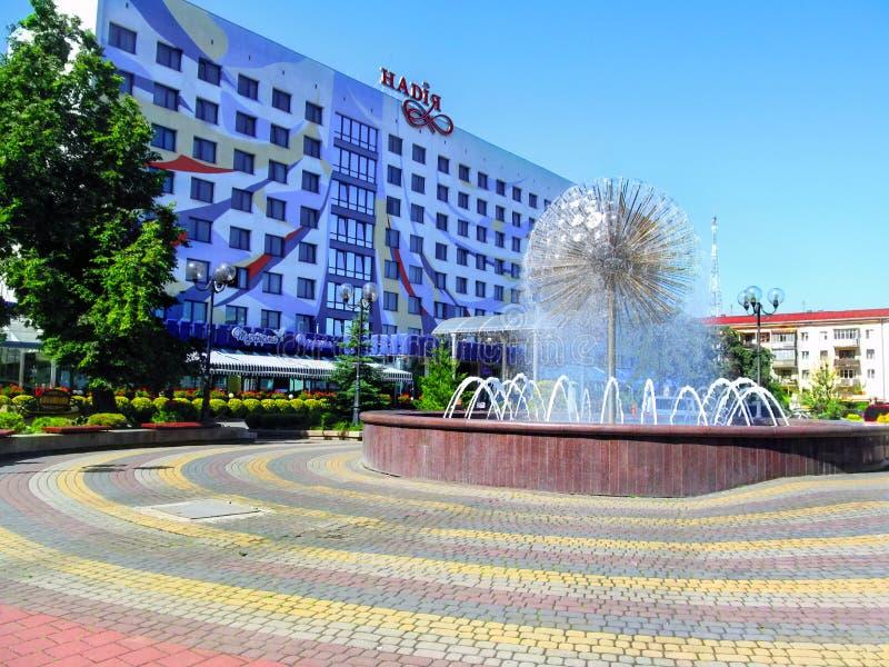 Fuente en la calle de Nezalezhnosti cerca del hotel de 'Nadiya 'en Ivano-Frankivsk fotografía de archivo