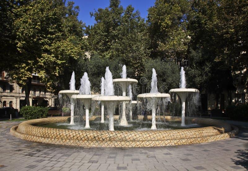 Fuente en la ciudad de Baku azerbaijan imagen de archivo libre de regalías