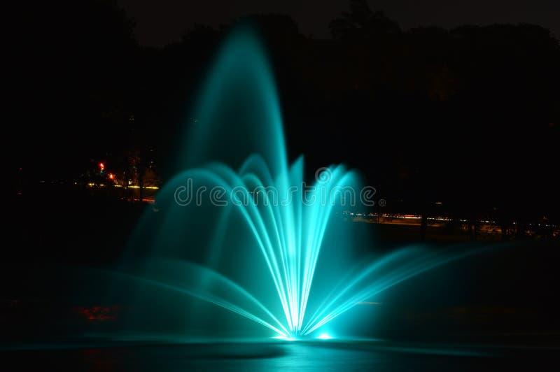 Fuente en la noche foto de archivo