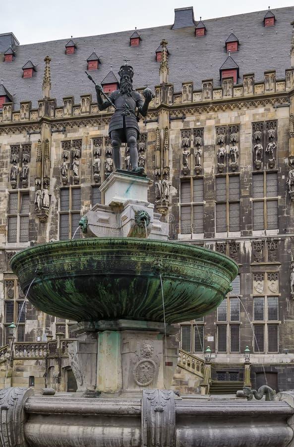 Fuente en la plaza del mercado, Aquisgrán, Alemania fotos de archivo