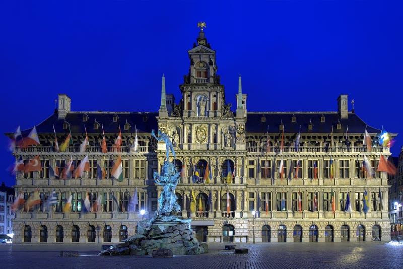 Fuente en la tarde, Bélgica ayuntamiento y de Brabo de Amberes fotografía de archivo