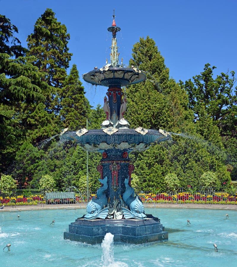 Fuente en los jardines botánicos de Christchurch durante verano imágenes de archivo libres de regalías