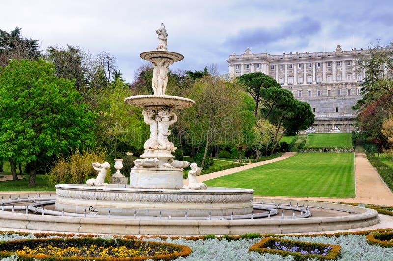 Fuente en los jardines de Royal Palace, Madrid fotos de archivo