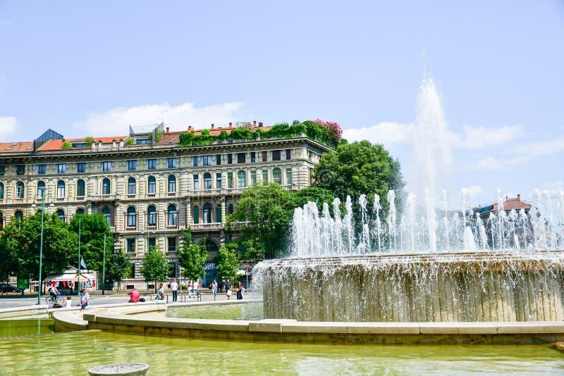 Fuente en Milán, Italia imagen de archivo