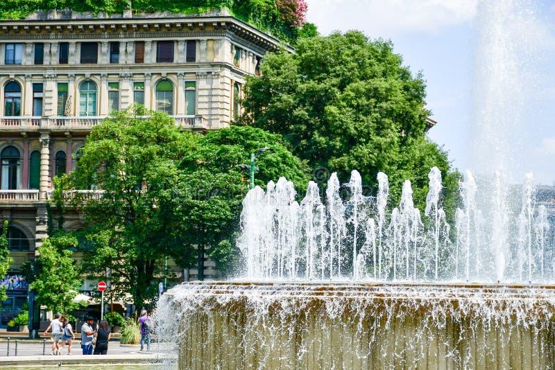 Fuente en Milán, Italia fotos de archivo