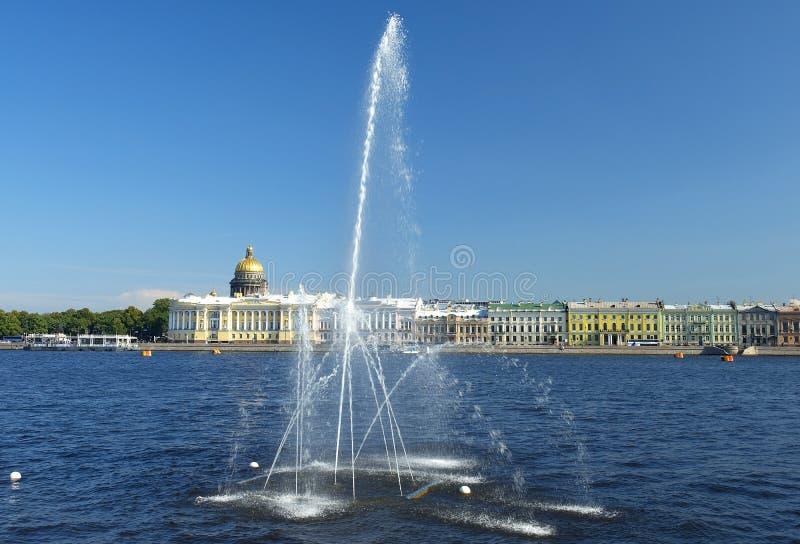 Fuente en Neva River, St Petersburg, Rusia imagen de archivo