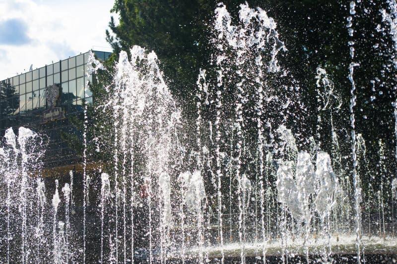 Fuente en parque de la ciudad en día de verano caliente imagen de archivo