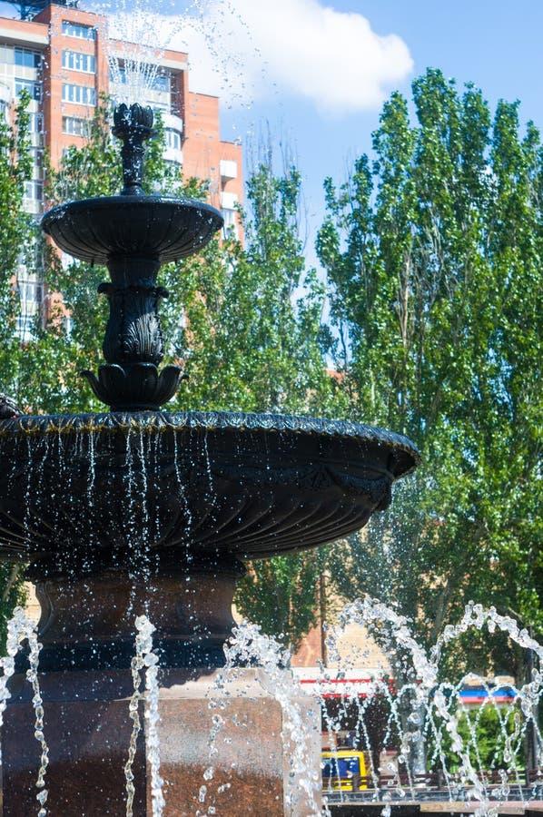 Fuente en parque de la ciudad en d?a de verano caliente fotografía de archivo