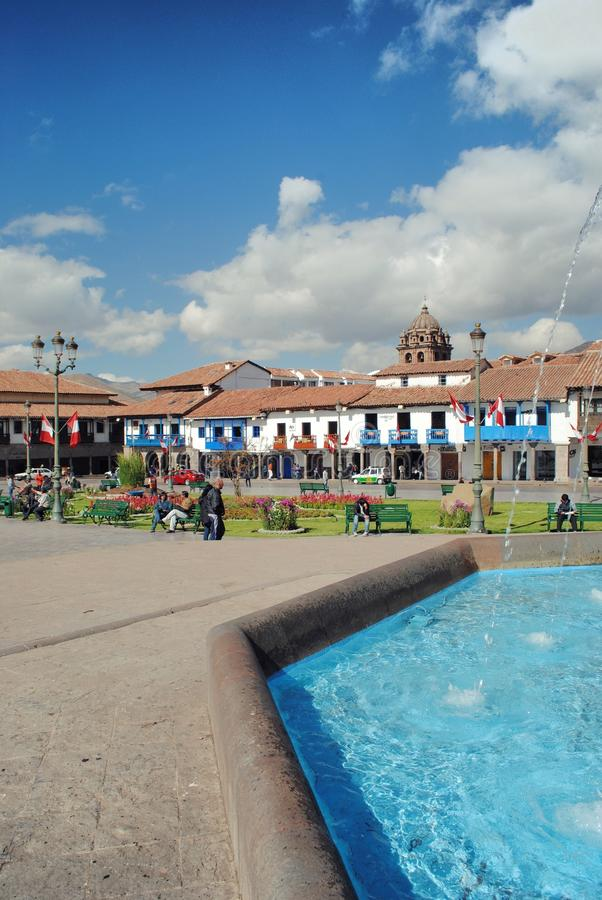 Fuente en plaza de la ciudad fotografía de archivo libre de regalías
