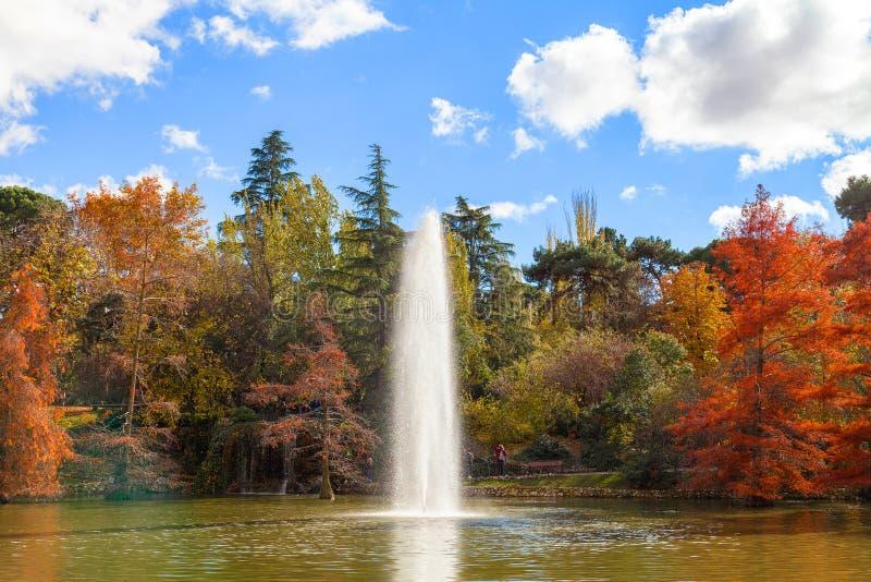 Fuente en Retiro Park Parque del Buen Retiro, Madrid, España, fotos de archivo