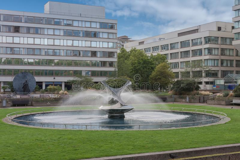 Fuente en St Thomas Hospital Gardens, Londres, Inglaterra imagenes de archivo
